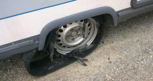 Reifenplatzer Wohnwagen - Standplatten
